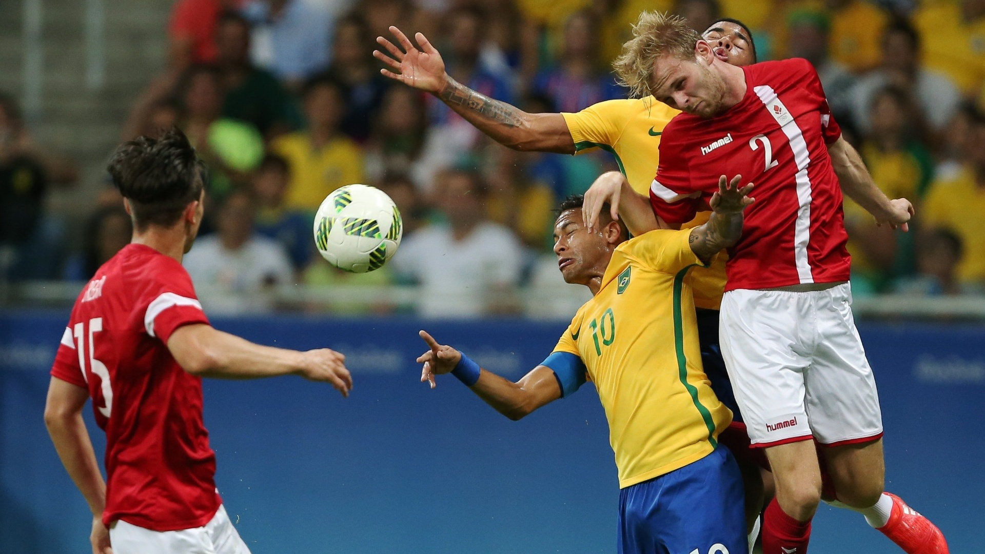 Neymar na disputa de bola com Desler Puggaard da Dinamarca