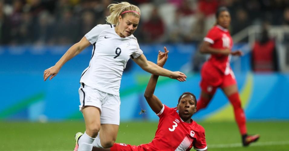 Nas quartas de final, Eugenie Le Sommer, da França, e Kadeisha Buchanan, do Canadá, dividem uma bola no primeiro tempo na Arena Corinthians