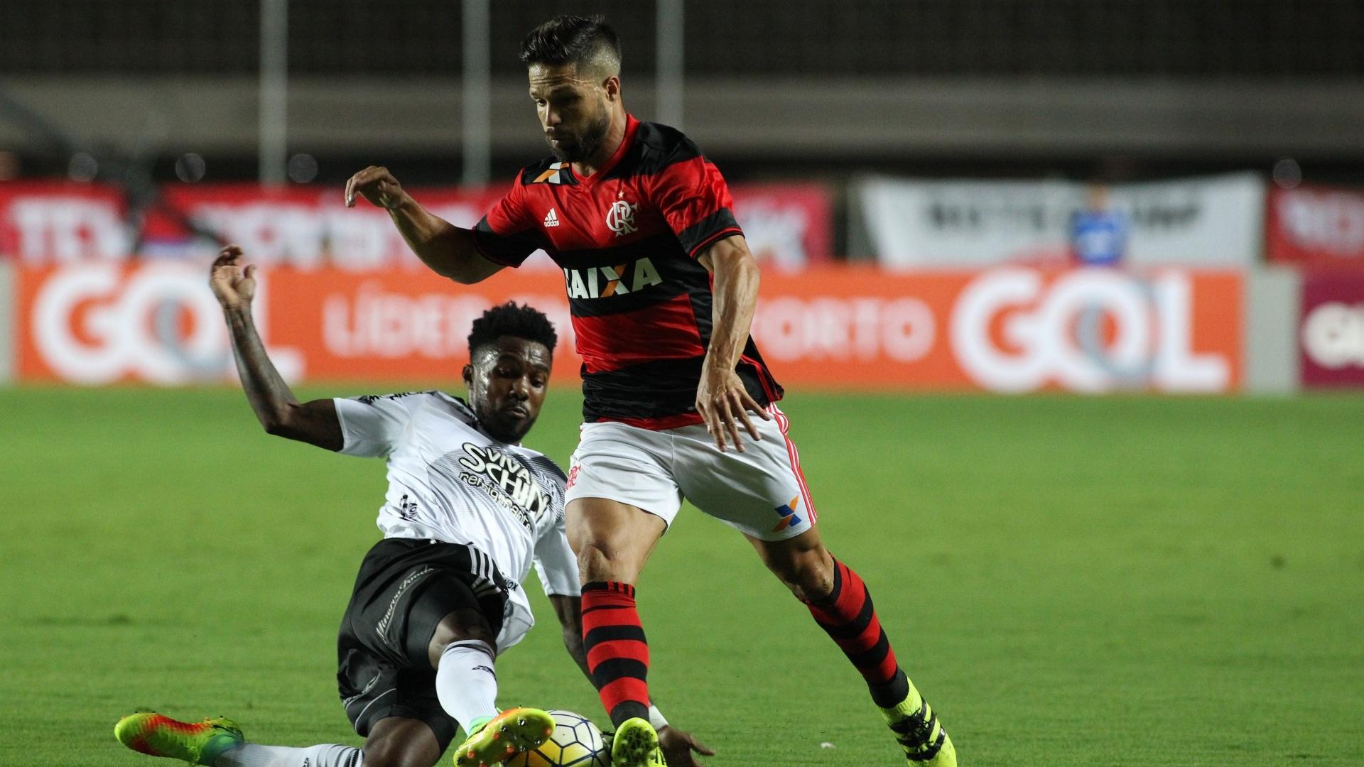 Diego, do Flamengo, tenta escapar da marcação da Ponte Preta