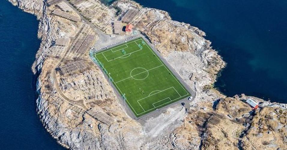 Cercado por estruturas usadas para secar bacahau, o HIL Stadion, na Noruega, tem capacidade para 500 pessoas e é a casa do Henningsvaer