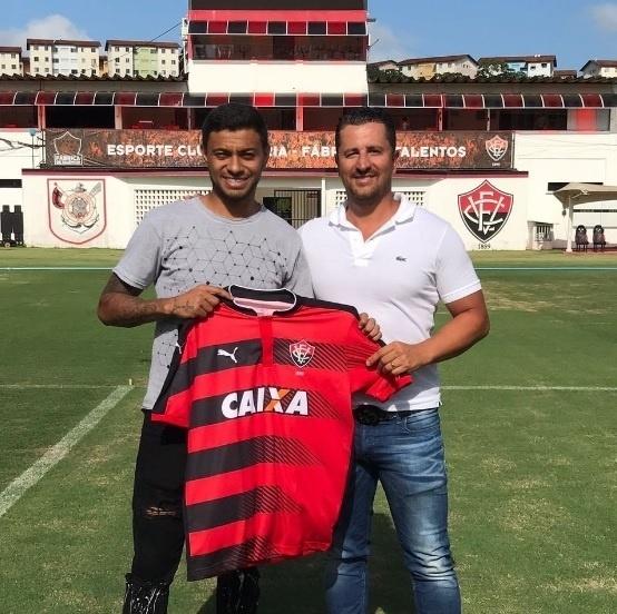 Cleiton Xavier posa com a camisa do Vitória depois de deixar o Palmeiras