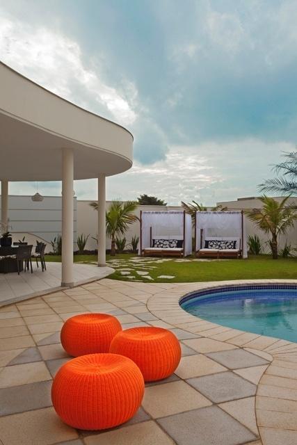Da piscina é possível ver o gazebo no jardim da casa