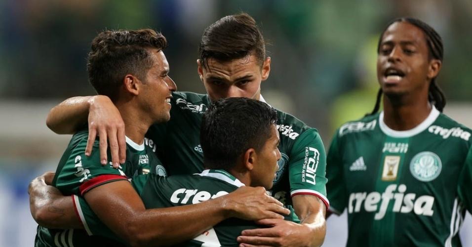 Jogadores do Palmeiras celebram gol marcado contra o São Bernardo