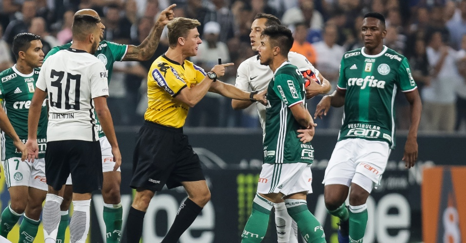 O árbitro Thiago Duarte Peixoto dá bronca no palmeirense Willian durante clássico contra o Corinthians
