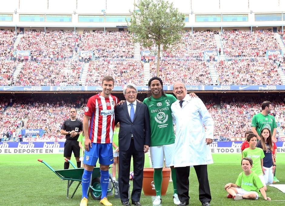 Ronaldinho participa da despedida do Vicente Calderón