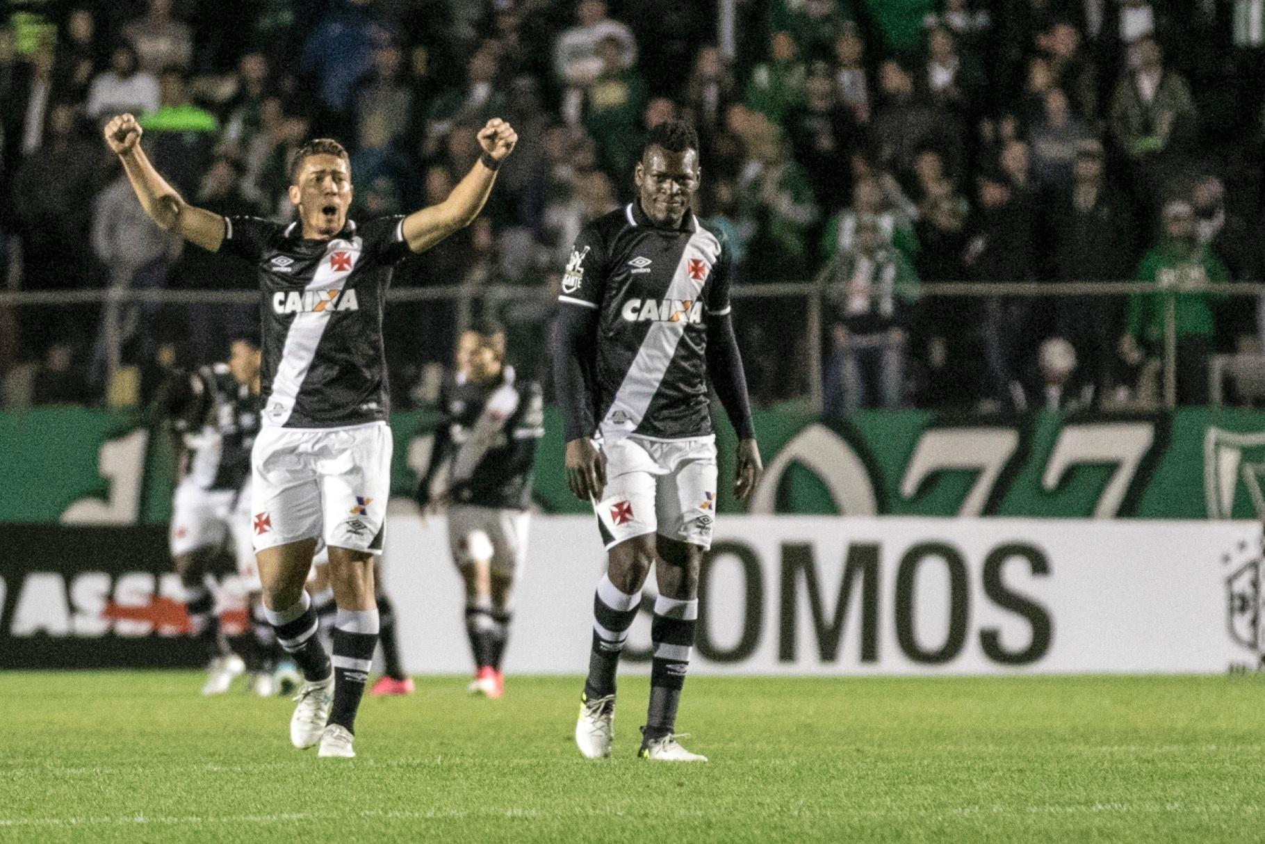 Jogadores do Vasco comemoram gol marcado por Thalles pelo Vasco