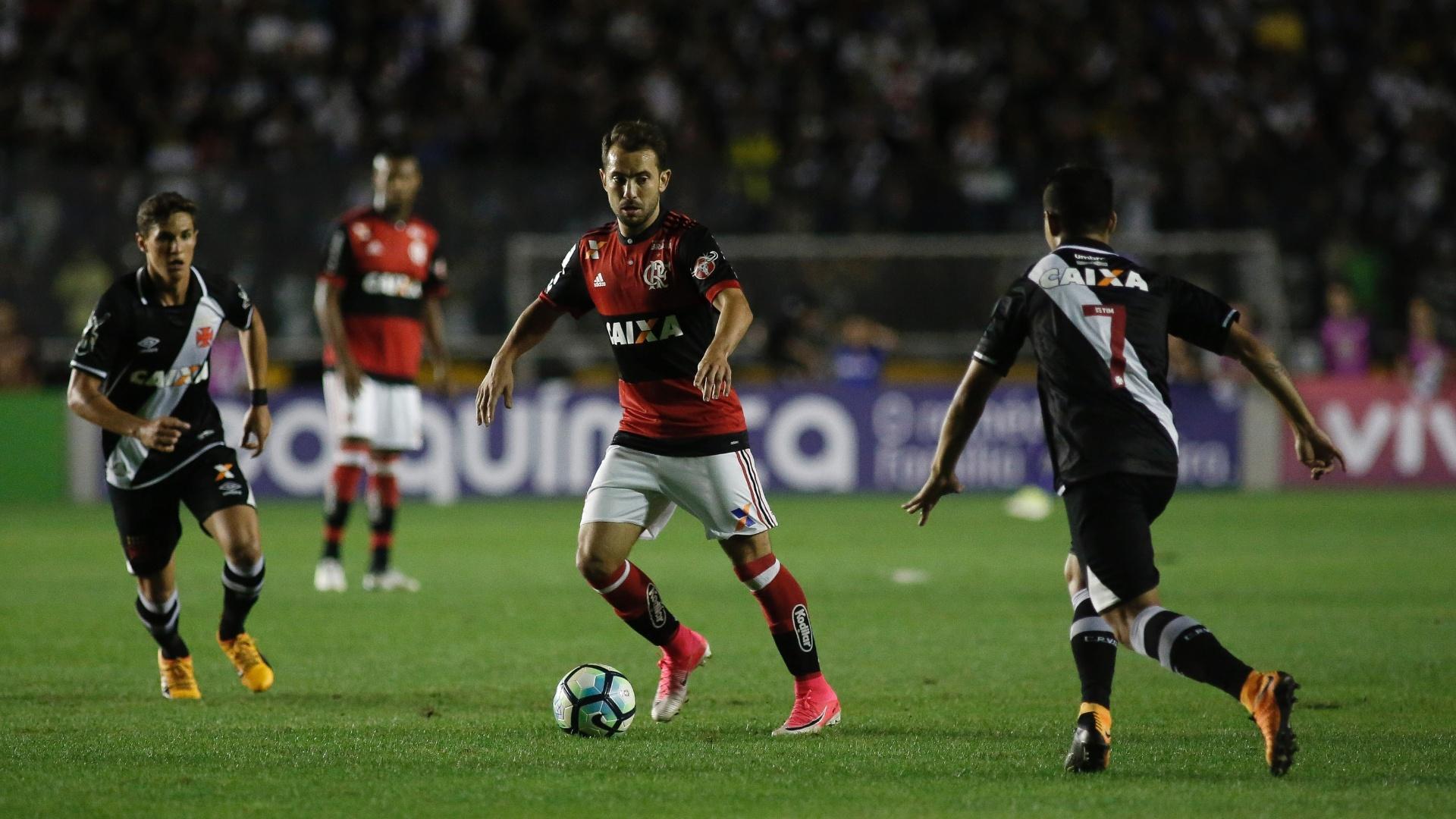 Everton Ribeiro parte para cima da marcação vascaína
