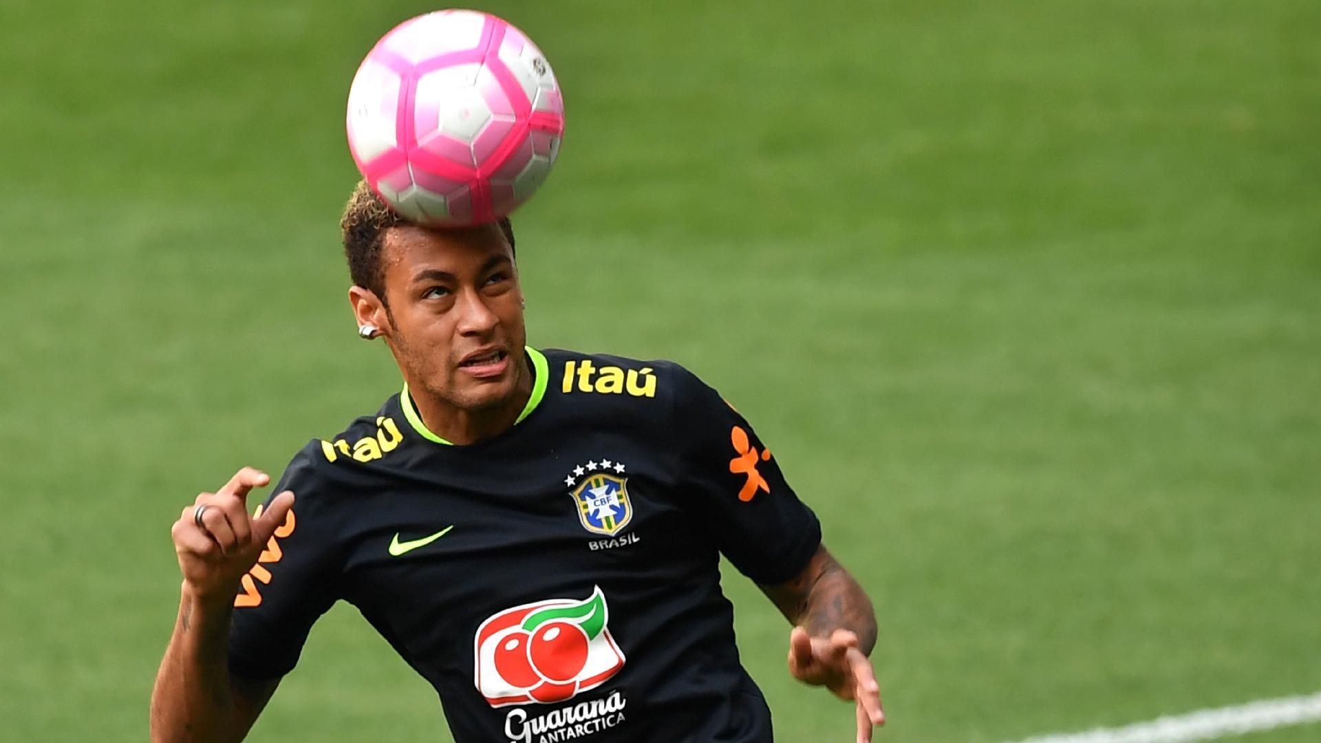 Neymar, atacante da seleção brasileira, domina a bola com a cabeça no treino de reconhecimento do gramado no Allianz Parque