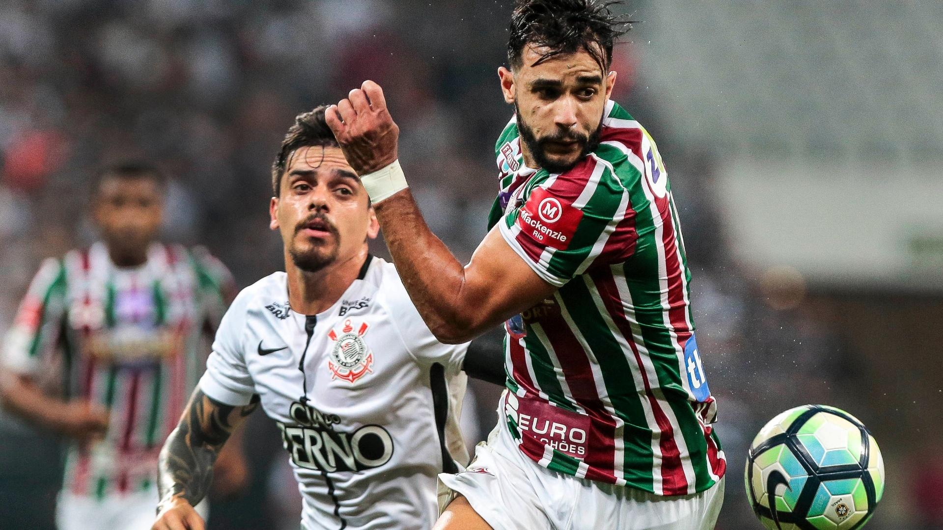 Observado por Fagner, o atacante Henrique Dourado domina a bola no jogo entre Corinthians e Fluminense, em Itaquera