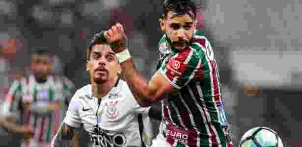 Fagner marcando Henrique Dourado durante o jogo contra o Fluminense - Ale Cabral/AGIF