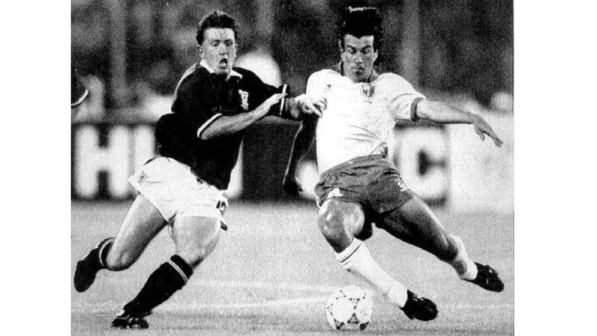 Dunga, volante da seleção brasileira, em lance contra a Escócia pela Copa do Mundo de 1990