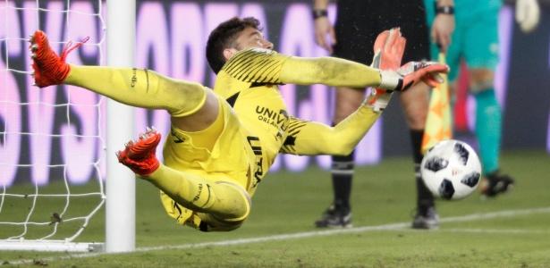 Caique defendeu um pênalti na partida entre Corinthians e PSV Eindhoven