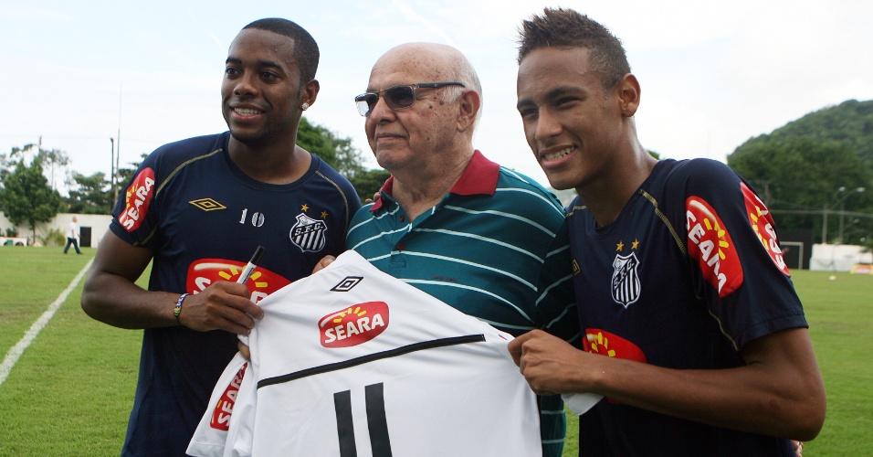 Neymar e Robinho posam ao lado do ex-jogador Pepe com a camisa 11 do Santos, em 2010
