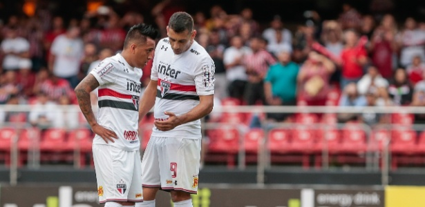 Cueva e Diego Souza conversam durante partida do São Paulo - Marcello Zambrana/AGIF