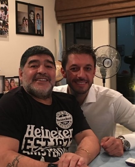 Foto de Maradona com seu advogado revela rosto de Aguëro borrado