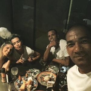 Sem clube, Luis Fabiano recebe visita de Rodrigo, ex-Ponte, e esposa
