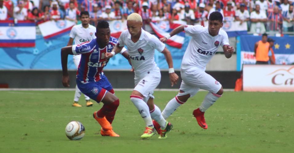 O atacante Neilton em lance da partida entre Bahia e Vitória, pela final do Baiano