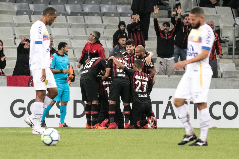 Jogadores do Atlético-PR comemoram gol marcado contra a Chapecoense