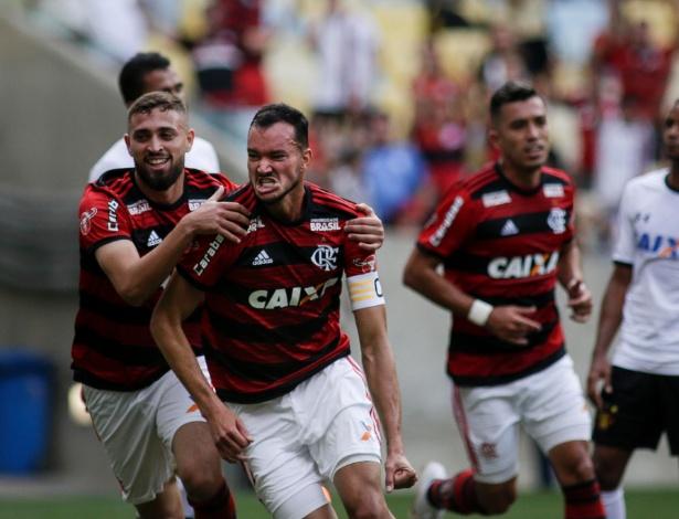 O zagueiro Réver comemora um dos gols do Flamengo no Campeonato Brasileiro 2018