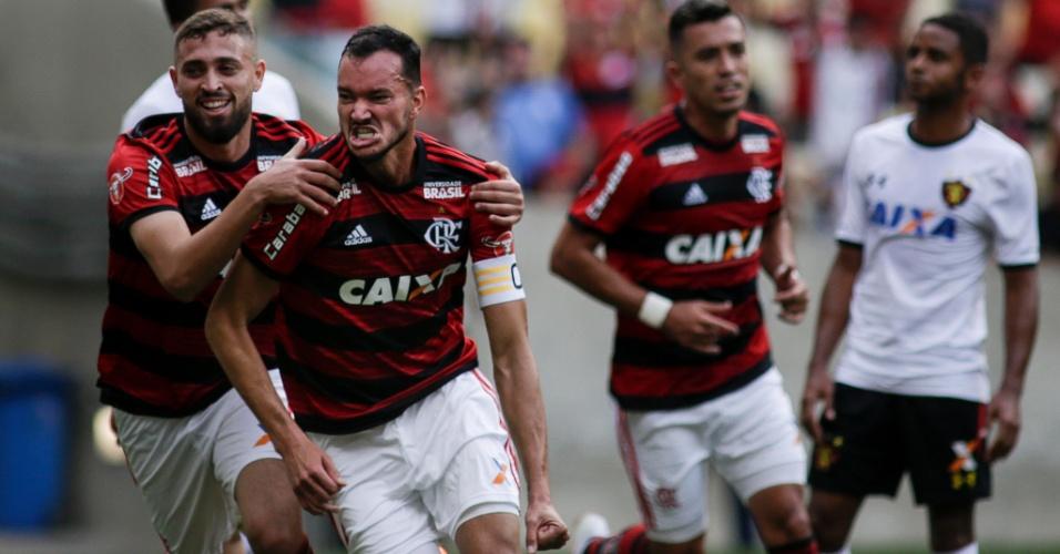 O zagueiro Réver comemora o gol do Flamengo diante do Sport, no Maracanã