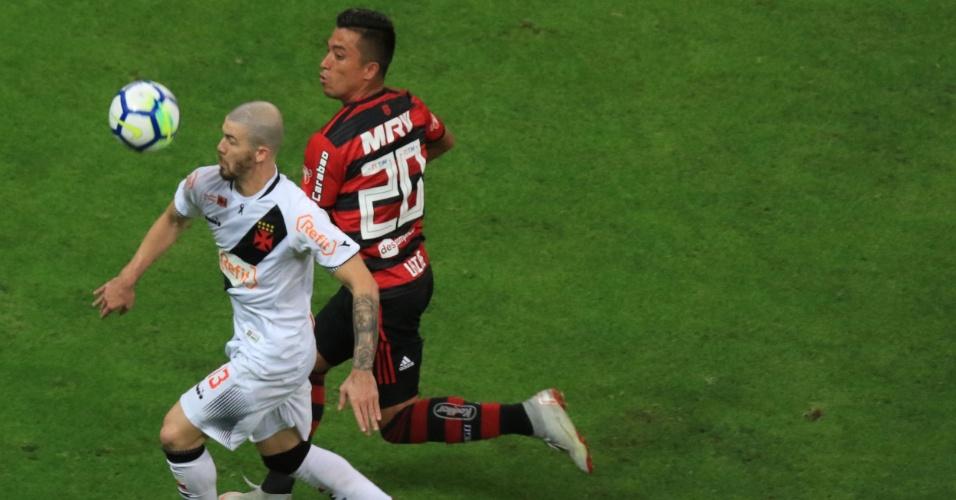 Luiz Gustavo disputa bola com Uribe durante Vasco x Flamengo