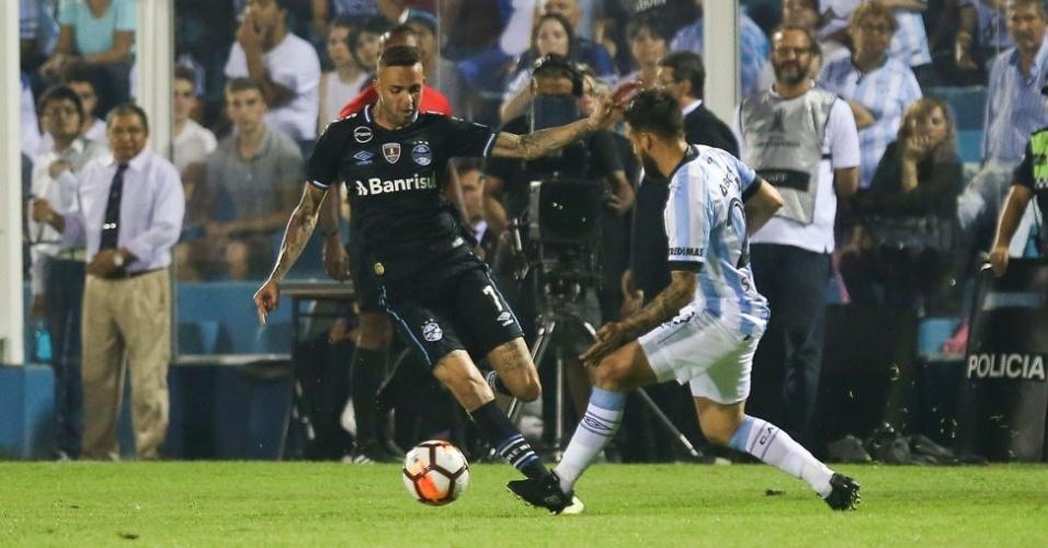 Luan encara a marcação durante Atletico Tucumán x Grêmio pela Copa Libertadores