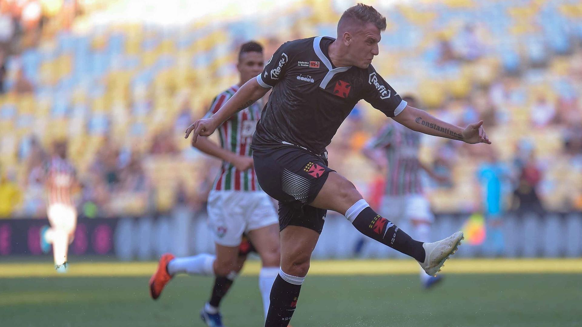 Maxi López em ação pelo Vasco durante jogo contra o Fluminense