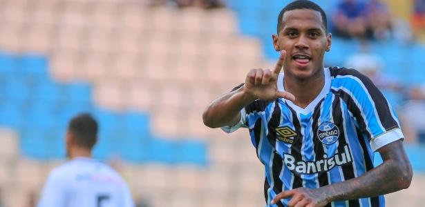 Da Silva comemora um dos gols do Grêmio contra o EC São Bernardo pela Copinha