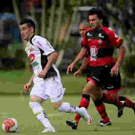 Neto Coruja (dir.) em jogo pelo Vitória na Série B de 2011 - Felipe Oliveira / EC Vitoria / Divulgação