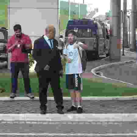 Sósia de Messi conversa com segurança após perder celular - Gabriel Carneiro/UOL