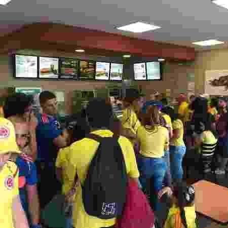 Fila com torcedores em lanchonete próxima ao estádio - Diego Salgado/UOL