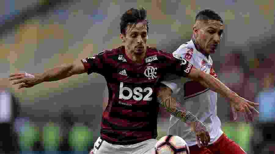 Rodrigo Caio marca Guerrero na partida entre Flamengo e Internacional pela Libertadores - Thiago Ribeiro/AGIF