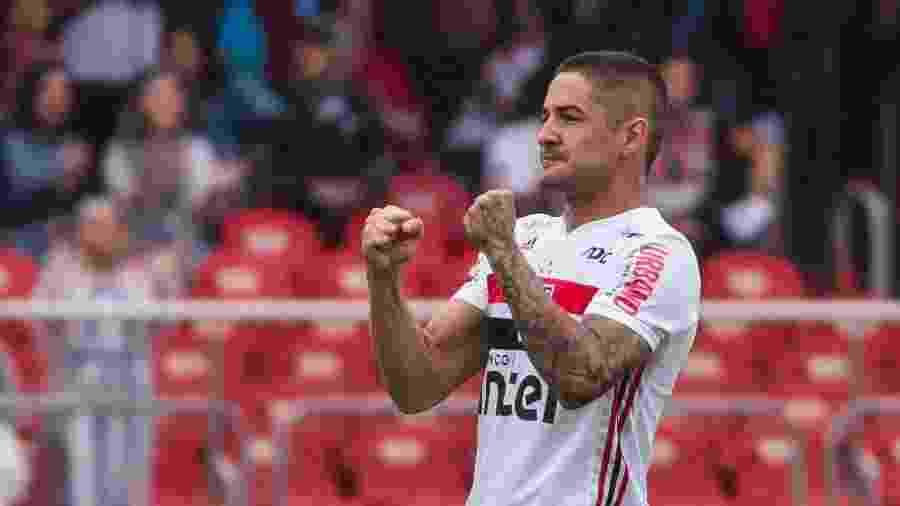 Alexandre Pato, atacante do São Paulo, comemora seu gol durante partida contra o Ponte Preta - Marcello Zambrana/AGIF