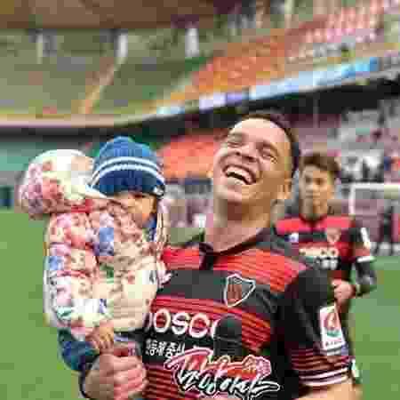 Lulinha com a filha no colo durante passagem pelo Pohang Steelers, da Coreia do Sul - Divulgação/Pohang Steelers
