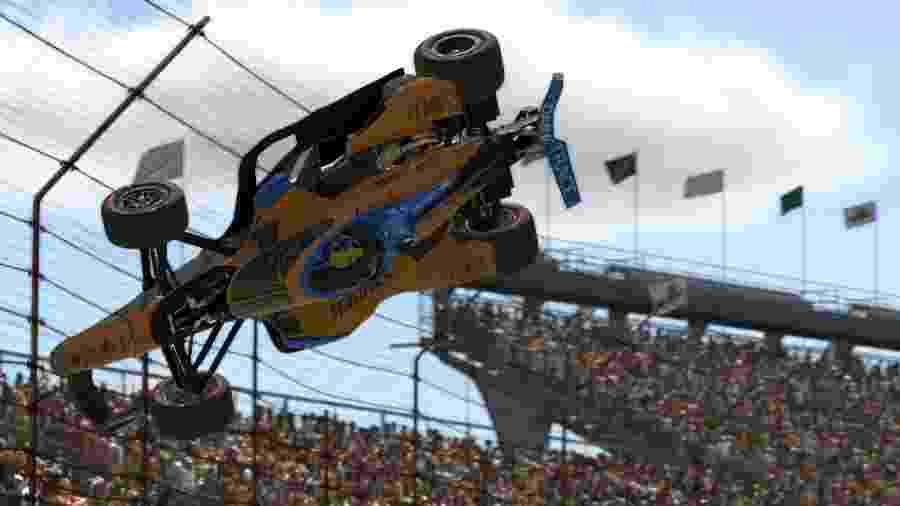 """Lando Norris """"capota"""" em corrida virtual após levar toque nas 500 Milhas de Indianápolis - Reprodução"""