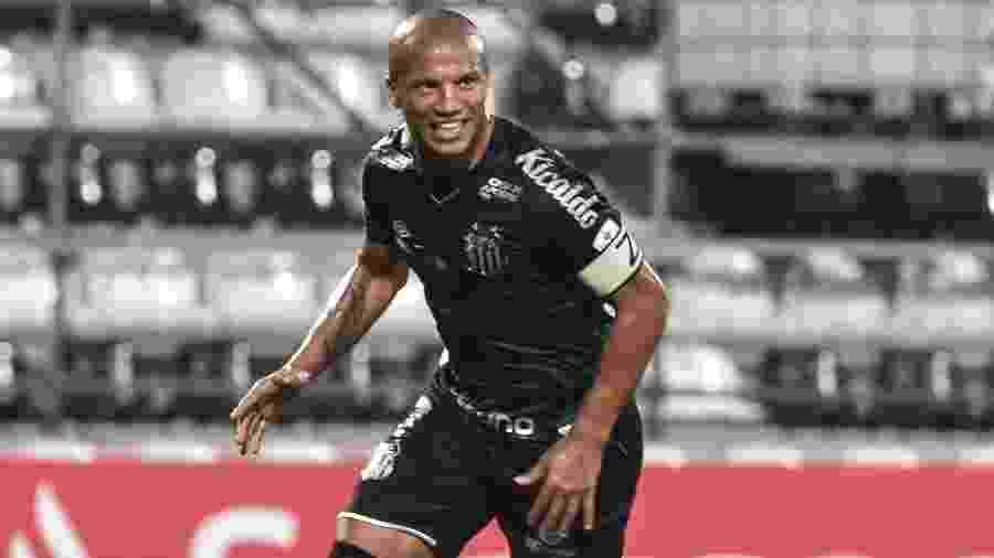 Carlos Sánchez comemora gol do Santos contra o Olimpia em jogo da Libertadores - NORBERTO DUARTE / POOL / AFP