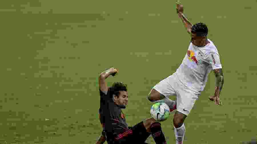 Willian Arão, jogador do Flamengo, disputa lance com Bruno Tubarão, jogador do RB Bragantino, durante partida do Campeonato Brasileiro 2020 - Thiago Ribeiro/AGIF