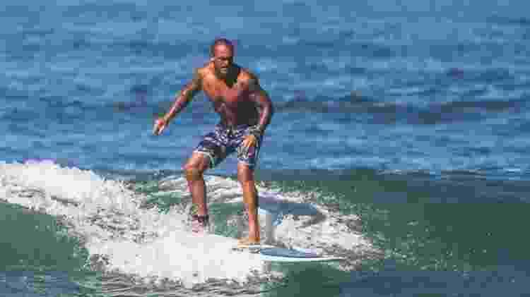 Ex-atacante Leandrão surfando na praia da Barra da Tijuca, no Rio de Janeiro - Arquivo Pessoal - Arquivo Pessoal