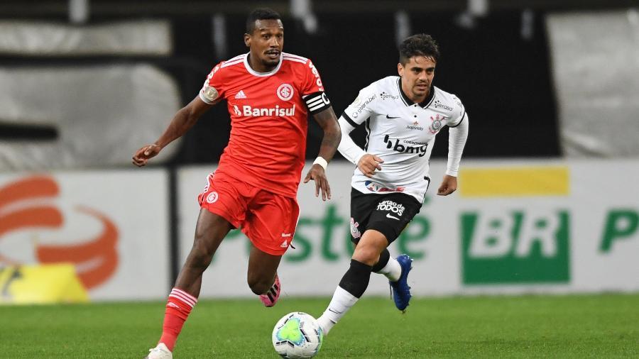 Edenilson em lance durante jogo Corinthians x Internacional, pelo Campeonato Brasileiro - Ricardo Duarte/SC Internacional