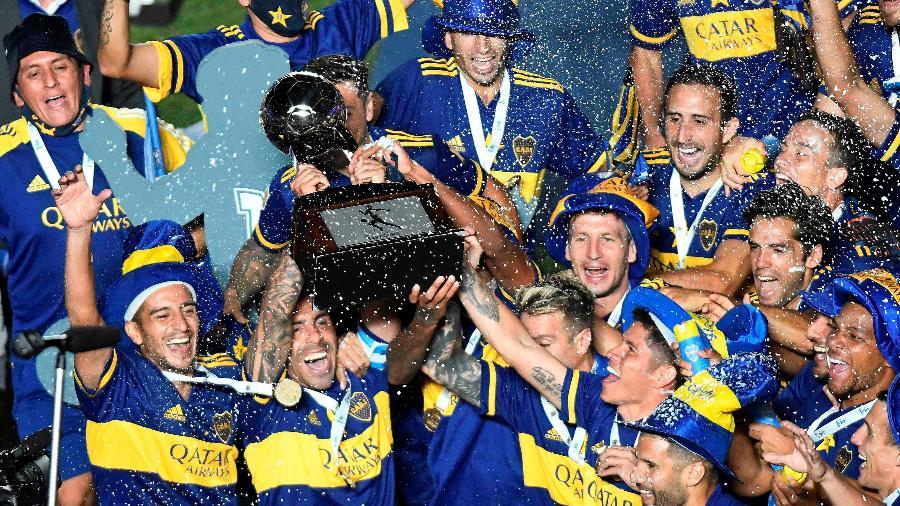 Carlitos Tevez ergue troféu da Copa Diego Maradona após título do Boca Juniors - REUTERS/Andres Larrovere
