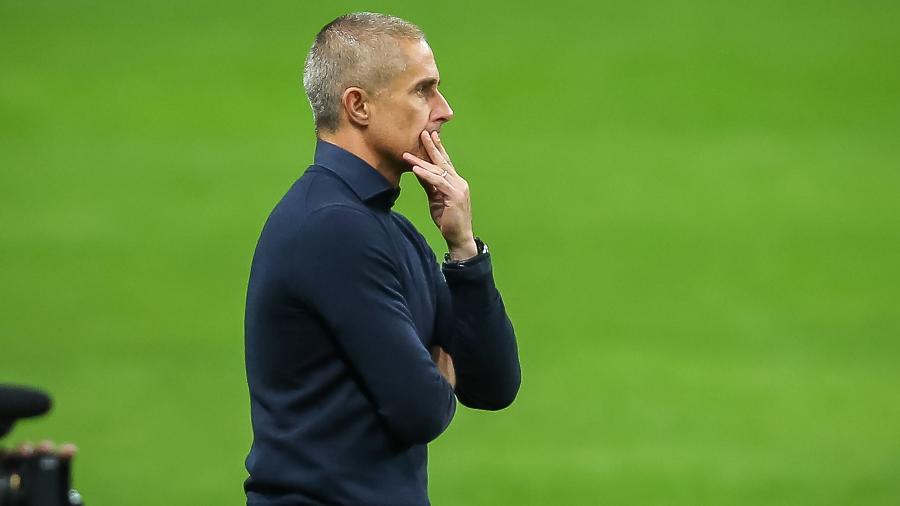 O técnico Sylvinho observa Corinthians em ação - Pedro H. Tesch/AGIF