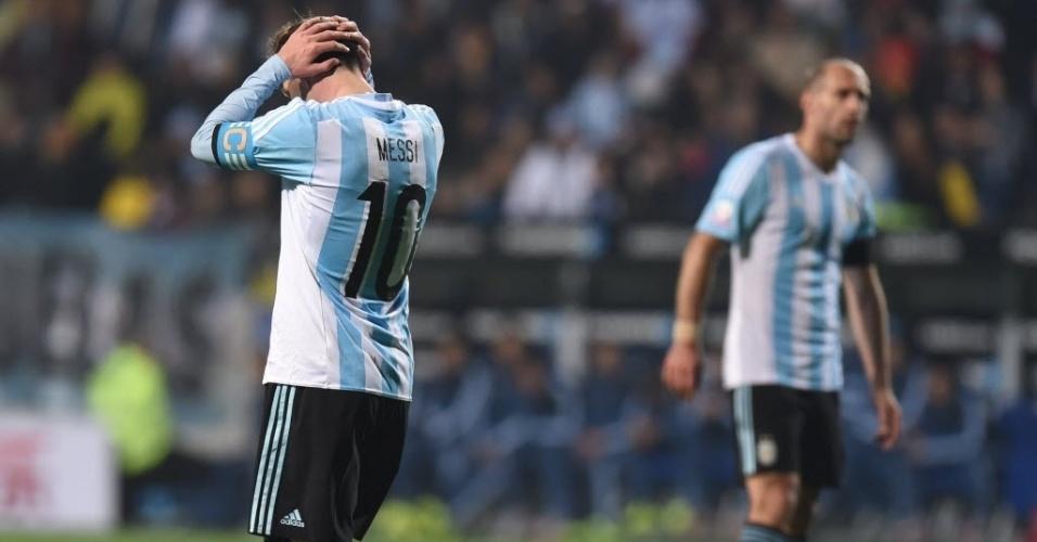 Messi se lamenta durante jogo da Argentina contra Colômbia nas quartas da Copa América