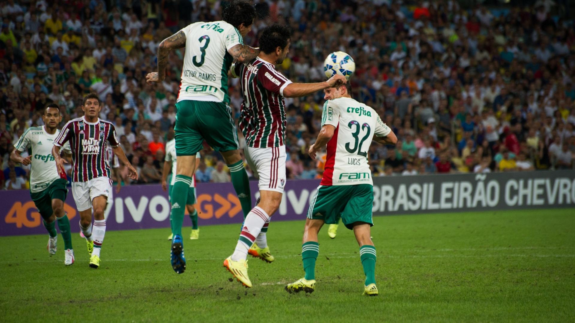 Fred e Victor Ramos disputam bola no confronto entre Fluminense e Palmeiras, válido pela 26ª rodada do Campeonato Brasileiro