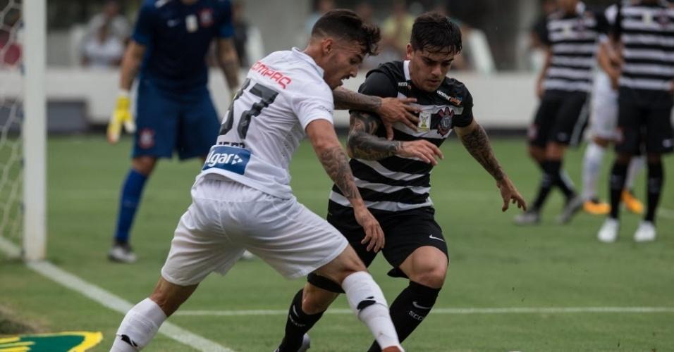 Fagner tenta fugir da marcação e se lançar ao ataque no duelo entre Santos e Corinthians pelo Paulistão