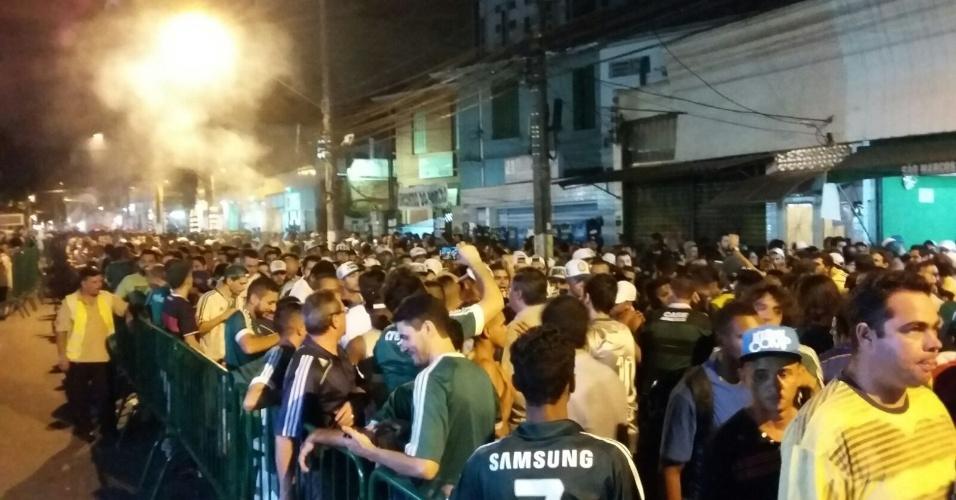 Torcedores do Palmeiras aguardam na fila para entrar no Allianz Parque para a partida contra o Nacional-URU