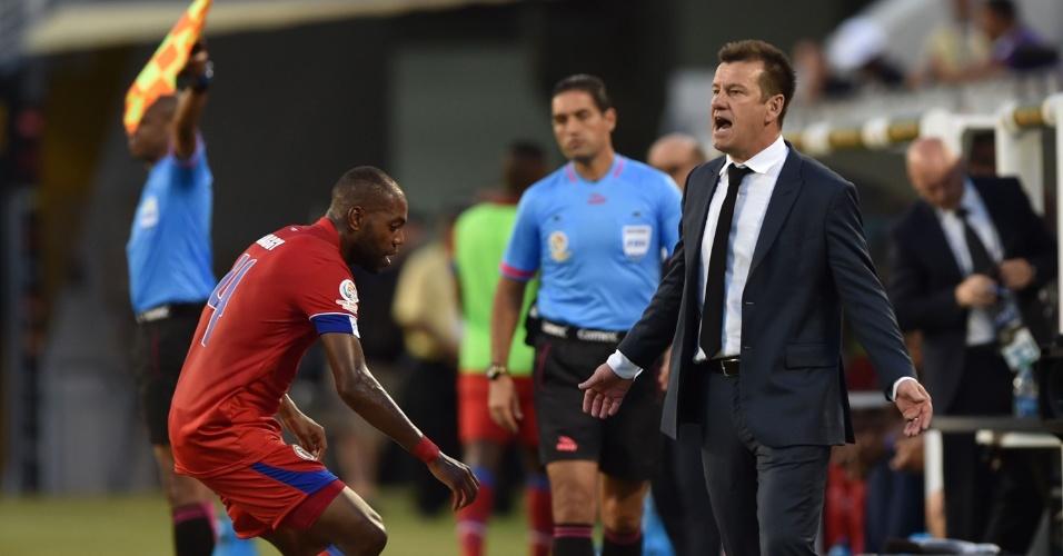 Técnico Dunga orienta seleção brasileira à beira do gramado no jogo contra o Haiti