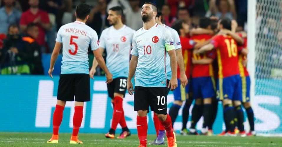 Arda Turan lamenta gols sofridos pela Turquia contra Espanha