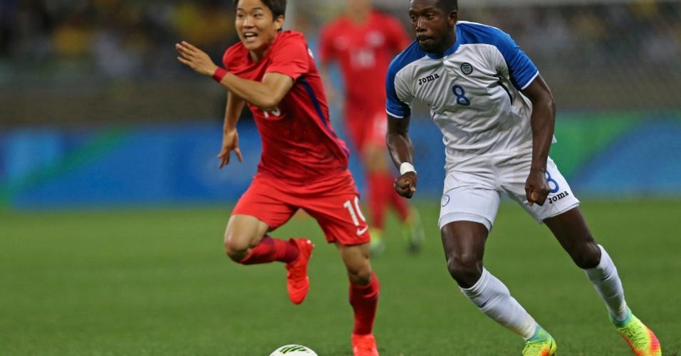 Ryu Seungwoo, da Coreia do Sul, em ação com Johnny Palacios, de Honduras