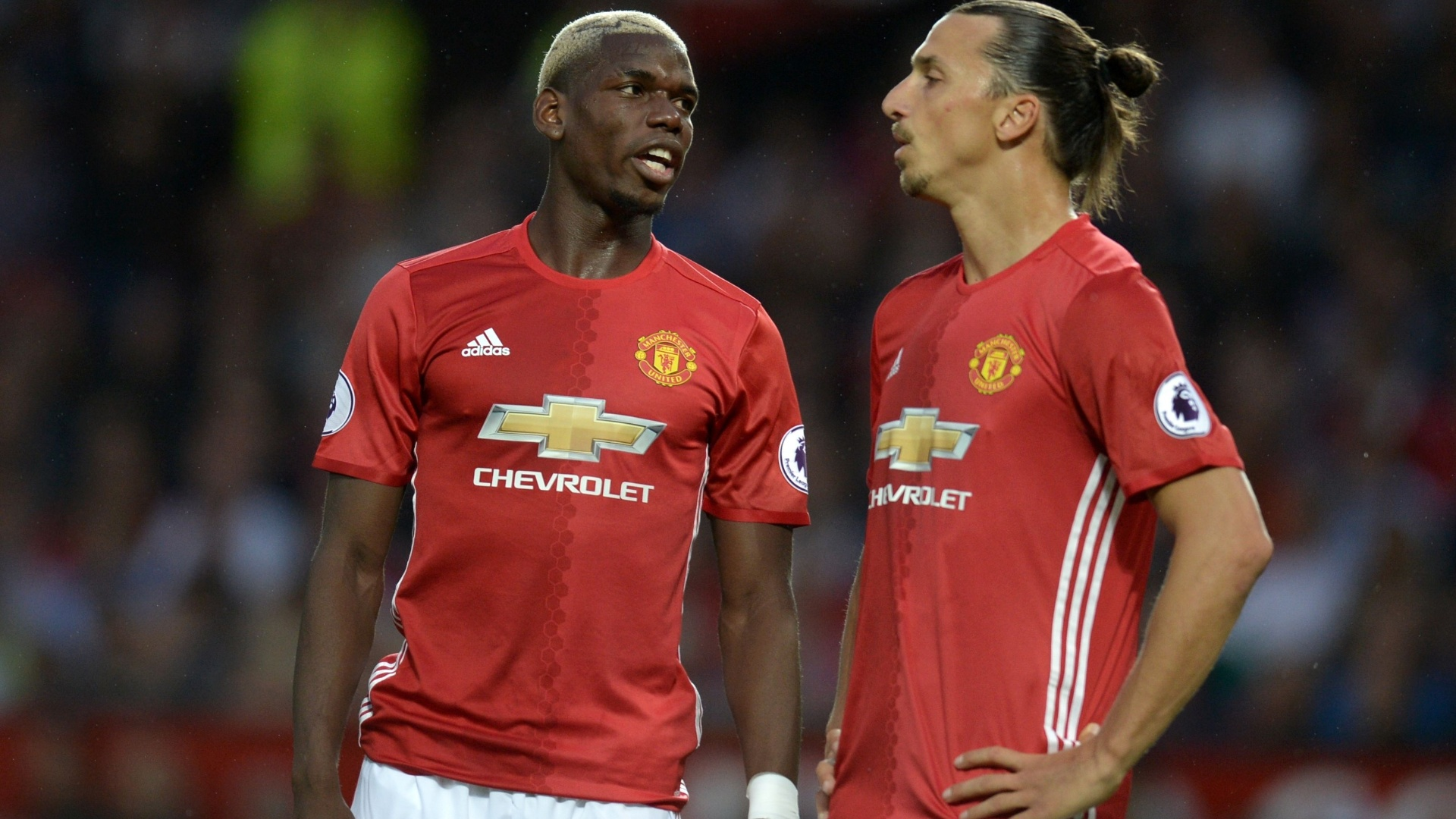 Pogba e Ibrahimovic conversam durante partida do Manchester United