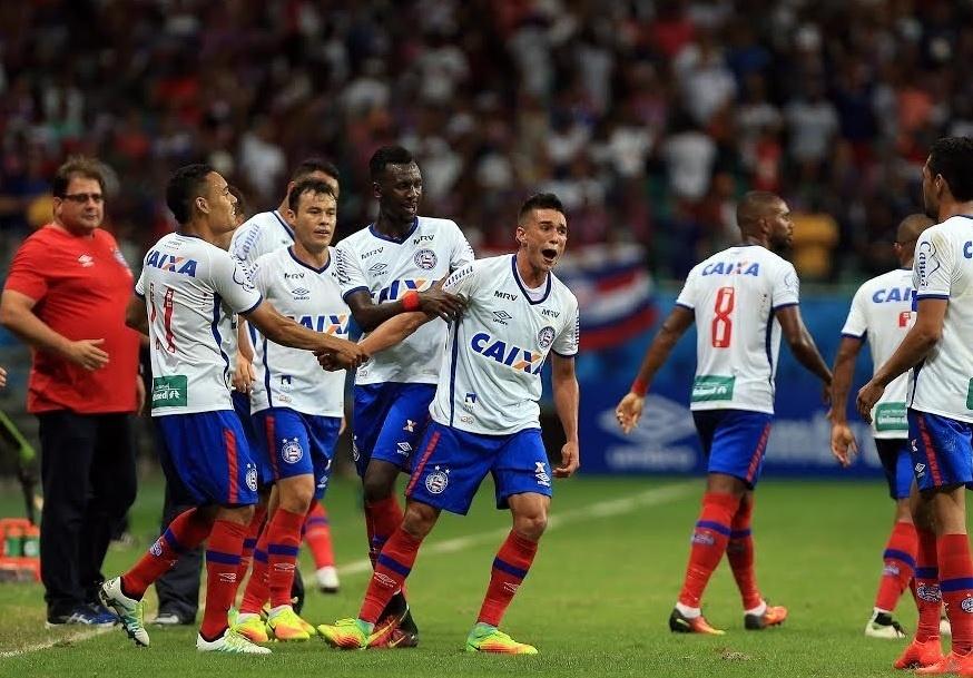 Jogadores do Bahia comemoram vitória sobre o Paraná